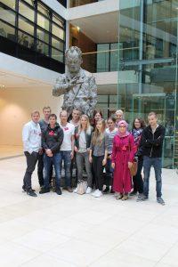 …die WBK3 vor der Willy-Brandt-Skulptur im gleichnamigen Haus (SPD-Zentrale)