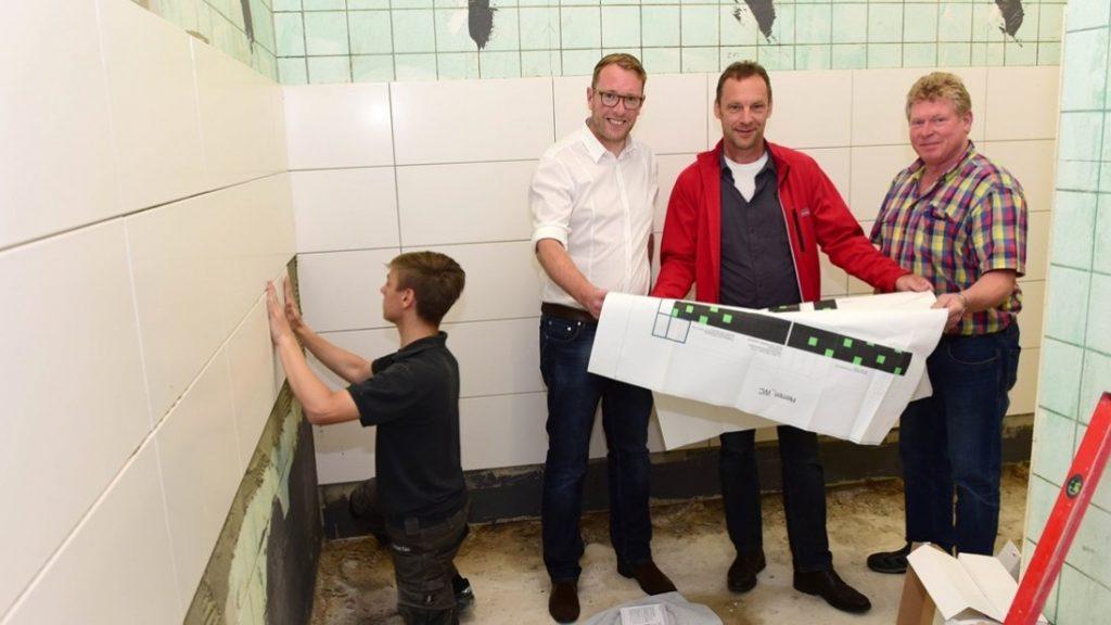 Besuch auf der Baustelle: Der Erste Kreisrat Stefan Muhle (2. von links) informierte sich mit Andreas Reinhold vom Landkreis und Hausmeister Franz-Josef Hagedorn (rechts) über die Sanierung in der BBS in Melle. (c) Foto: Landkreis Osnabrück