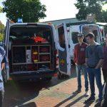 Bereitschaftsleiter des DRK-Buer Ralf Hellborn erklärt den Schülern, welche Materialen ein Rettungswagen dabei hat. Foto: Konstantin Stumpe