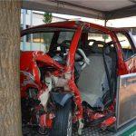 Anhand eines echten Unfallautos mit Totalschaden verdeutlichte die Verkehrswacht, wie das Fahren unter Alkoholeinfluss enden kann. Foto: Konstantin Stumpe