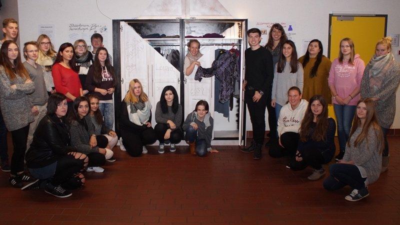 "Schüler und Lehrer gestalteten den ""Offenen Kleiderschrank"" an den BBS. (C) Foto: Christina Wiesmann"