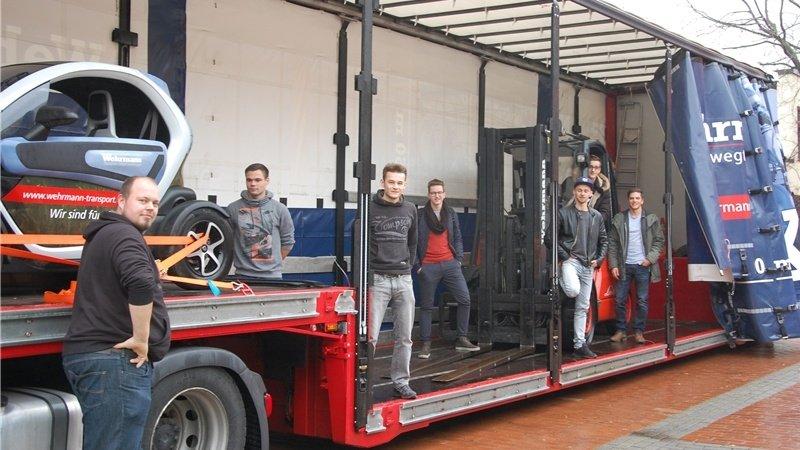"""Den Fahrzeugtruck im Außengelände testen Schüler am """"Tag der Logistik"""" in der BBS. (C) Meller Kreisblatt"""